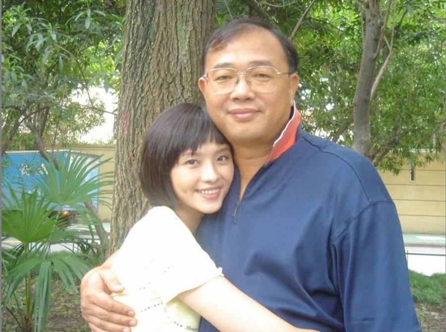 萧淑慎(左)是父亲的掌上明珠。(资料照片)