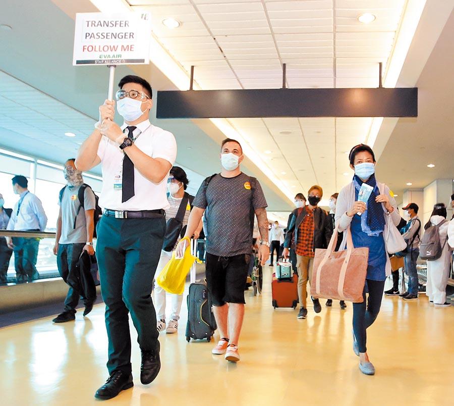 國內新冠肺炎篩檢雖已開放自費,但許多民眾仍搞不清楚可以去那裡篩檢。圖為桃機解封後首批轉機旅客。(范揚光攝)