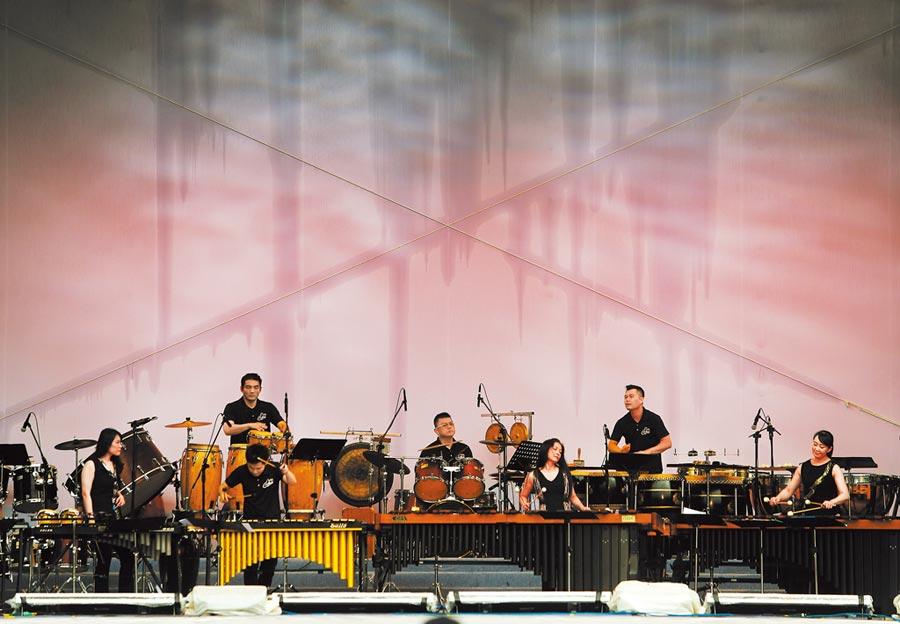 「端午謝平安 藝文大匯演」26日繼續在總統府前凱道舉辦藝文活動,朱宗慶打擊樂團應邀演出多首充滿能量的曲目,為「藝文大匯演」磅礡開場。(季志翔攝)