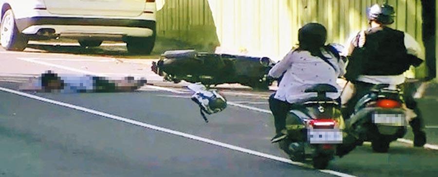 27歲林姓男子騎機車為超越前方廂型貨車,當下未能注意到前方有部小貨車在待轉,撞上後送醫不治,警方製成影片提醒民眾小心。(翻攝照片/劉宥廷高雄傳真)