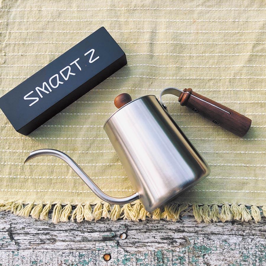 Smart Z的美國胡桃木手沖壺550ml,胡桃木的手把防燙符合人體工學,外觀設計精美實用。(Smart Z提供)