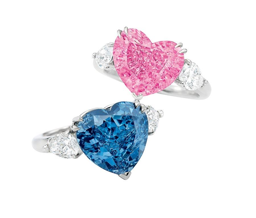 粉鑽稀有,心形切割更是少見,若要成對更是難上加難,4.49卡拉心形豔彩粉紅色彩鑽戒指起拍價5800萬港元,5.04卡拉心形藍鑽戒指起拍價6000萬港元。(Sotheby's提供)