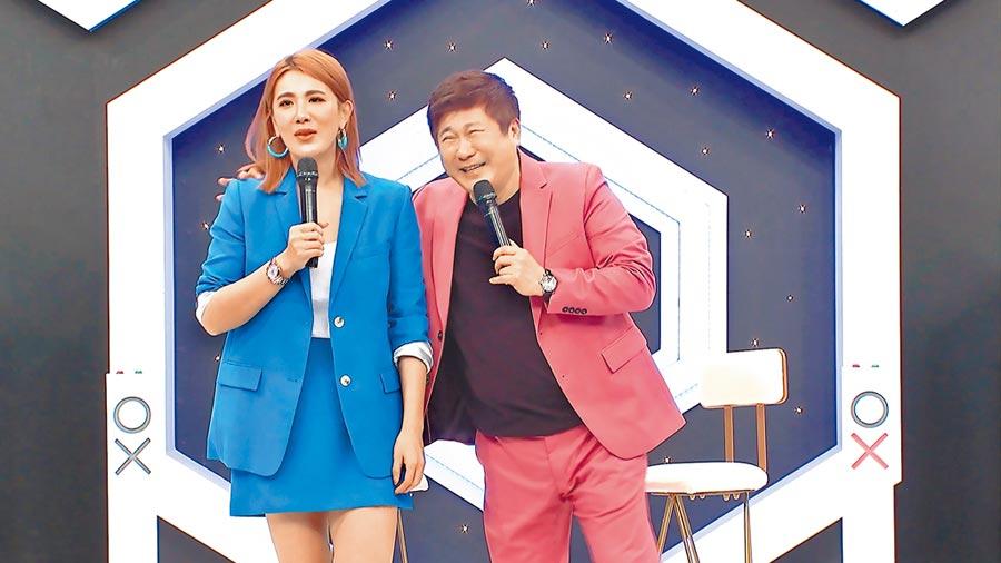 胡瓜(右)和女兒小禎共掌中天綜合台《地球人請回答》主持棒。(資料照片)