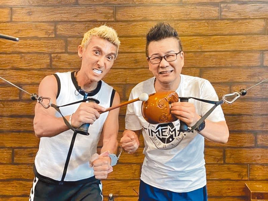 沈玉琳(右)邀潘若迪上民視外景《玩命街頭》,兩人銬在一起一整天。(摘自臉書)
