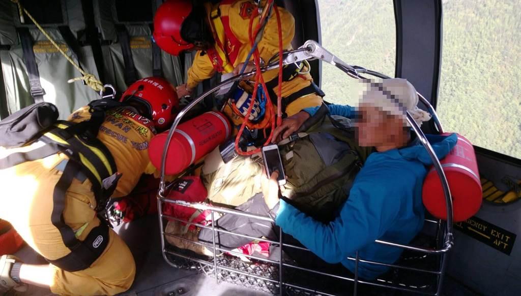 張姓男子攀登南投郡大山撞傷頭部,黑鷹直升機將他吊掛進機艙。(空勤總隊提供/王文吉台中傳真)