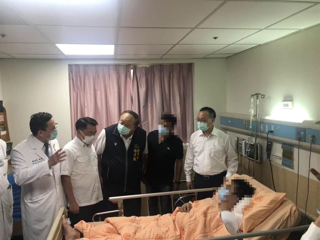 內政部警政署署長陳家欽今日立即南下頒發慰問金,到彰化基督教醫院探視躺在醫院的小隊長。(警方提供/吳敏菁彰化傳真)