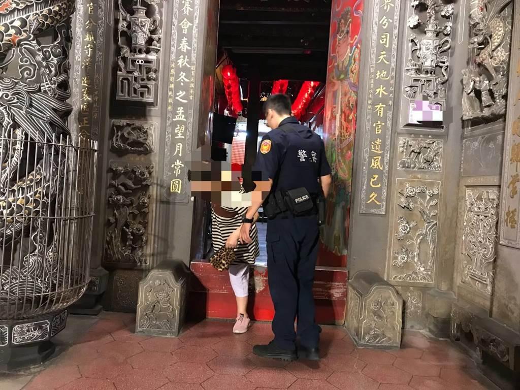 桃園市八德區70歲葉姓阿嬤日前到三元宮參拜、散步,意外被鎖在廟內。(警方提供/賴佑維桃園傳真)