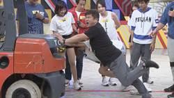 胡瓜出招玩「人肉龍舟」 百斤壓頂嚇跑參賽者