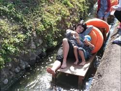 鵝兒悠游大茅埔圳 水上躺椅漂漂河超消暑