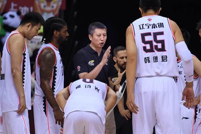 眼見復賽後4戰3敗,遼寧隊火速開除總教練郭士強(中)。(新華社)