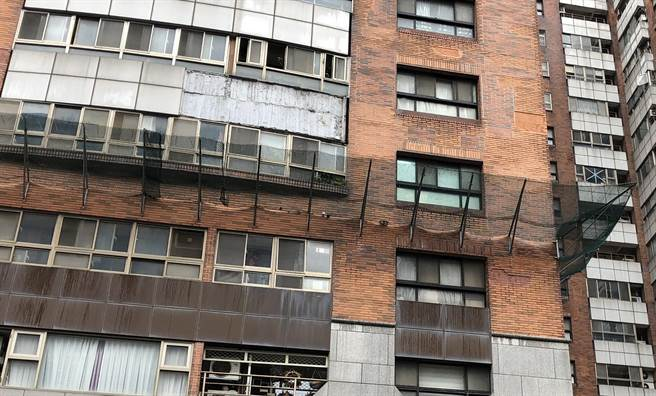 不少老舊大樓外牆磁磚鬆動脫落,影響行人及用路人安全,推動都更有其必要性。(陳育賢攝)