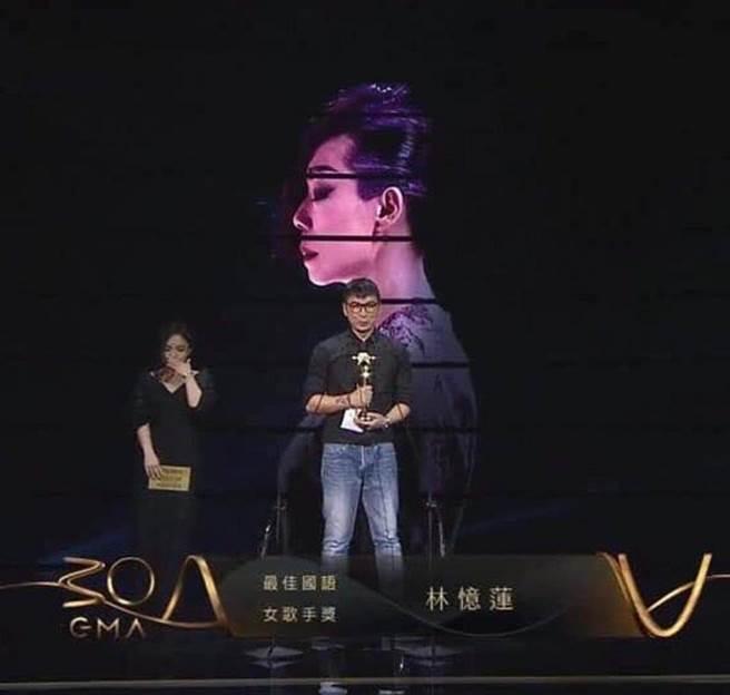 陳鎮川去年代替旗下歌手林憶蓮領獎。(翻攝陳鎮川IG)