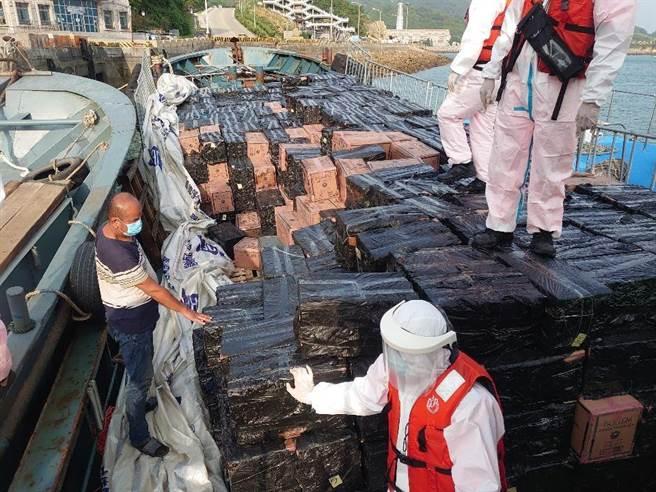 馬祖海巡隊查獲陸船疑似走私洋菸。(馬祖海巡隊提供)