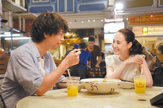 松田聖子(右)在《情牽拉麵茶》扮演旅居新加坡的美食部落客,協助齋藤工尋根。(車庫娛樂提供)
