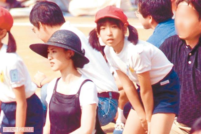 松田聖子(左)參加女兒沙也加小學運動會,留下珍貴母女同框畫面。(摘自網路)