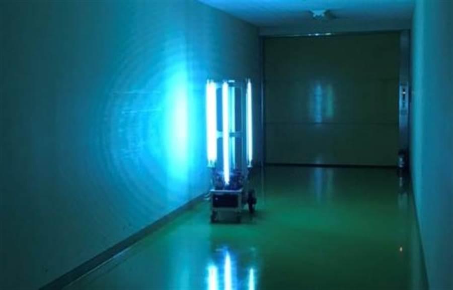 日本Farmroid開發消滅新冠病毒機器人是以波長較短的紫外線進行殺菌消毒,適合在公共場所使用。(圖/Farmroid)