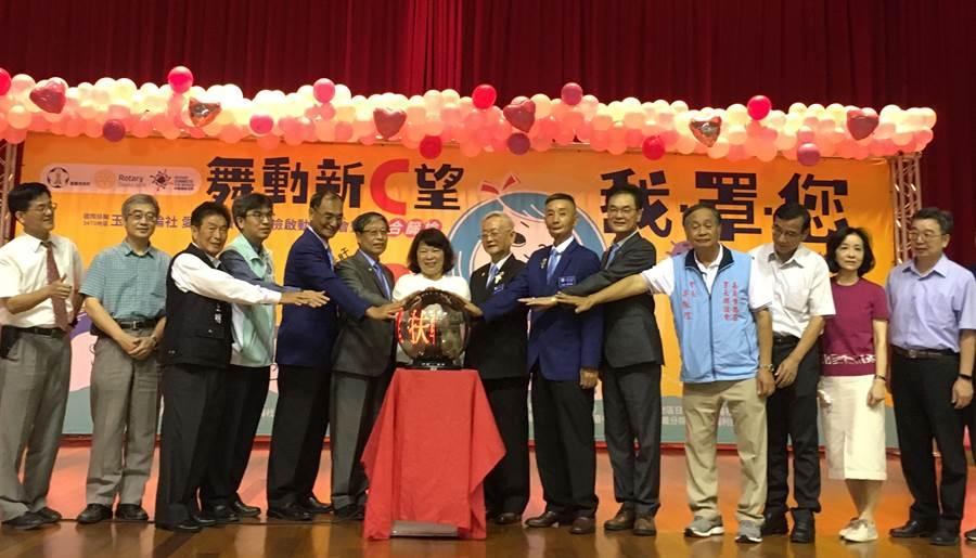 嘉義市長黃敏惠與玉山扶輪社共同啟動免費檢篩肝炎服務。(廖素慧攝)