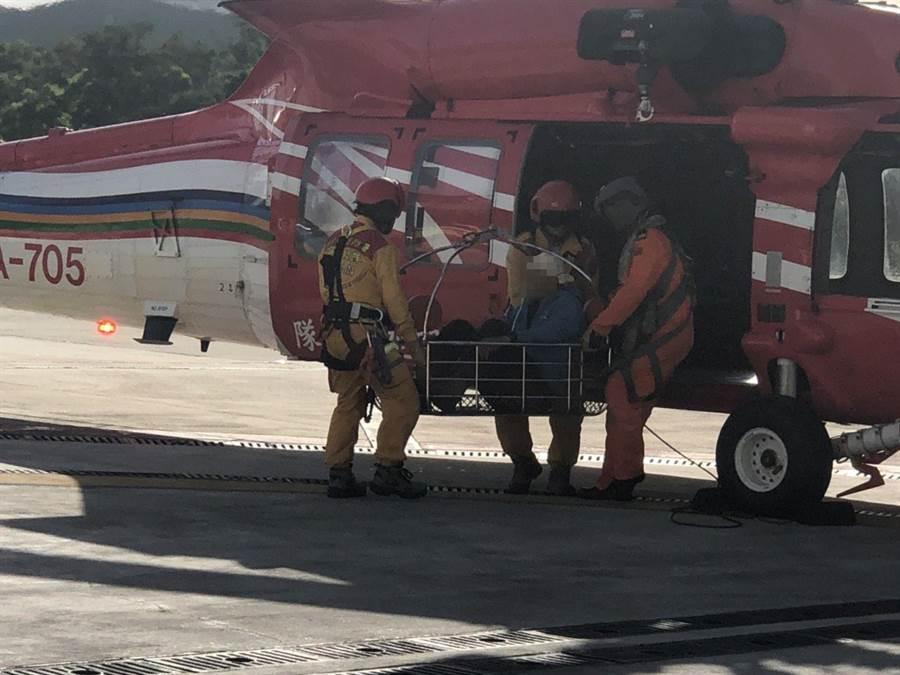 黑鷹直升機撞傷頭部的登山客載送下山,順利降落清泉崗機場。(空勤總隊提供/王文吉台中傳真)