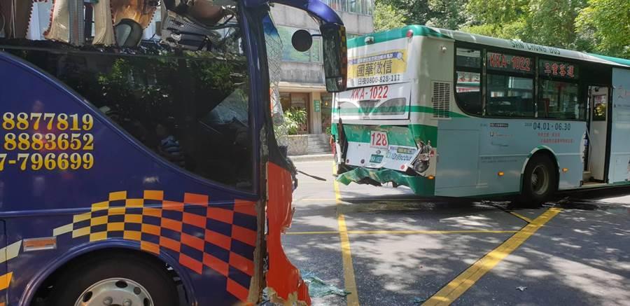 陽明山28日發生遊覽車撞公車車禍,公車車尾被撞爛,2車共24人受傷送醫。(陳鴻偉翻攝)