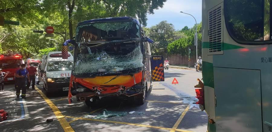 陽明山28日發生遊覽車撞公車車禍,遊覽車前擋風玻璃全部碎裂。(陳鴻偉翻攝)
