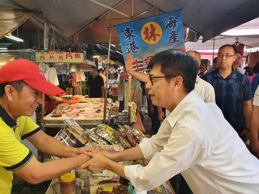 端午連假最後一天,陳其邁上午8點出現在旗山老街菜市場,現場民眾看到陳其邁,紛紛熱情地打招呼,為他加油、打氣。(林雅惠攝)