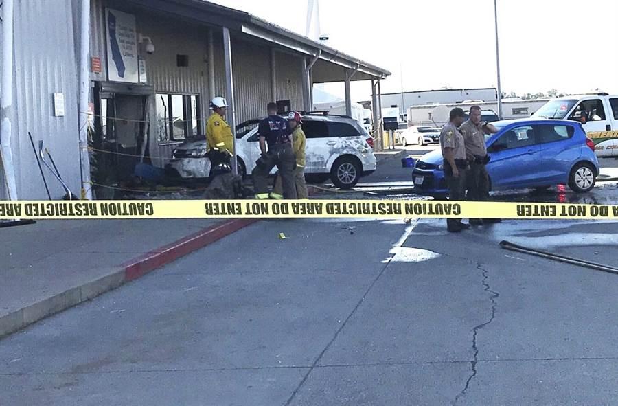 美國加州的沃爾瑪(Walmart)配送中心當地時間27日下午遭槍手瘋狂掃射,至今造成2人喪命、4人受傷,目擊者描述,現場至少聽到50至60聲槍響。(圖/美聯社)