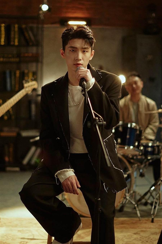 曹楊以live band形式演出〈走散〉MV。(杰威爾音樂提供)
