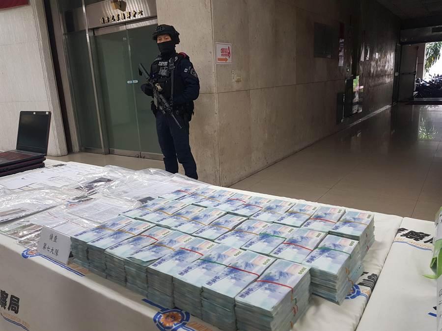 圖為刑事局之前破獲的假交友詐欺集團,查扣大筆現金贓款。(胡欣男攝)