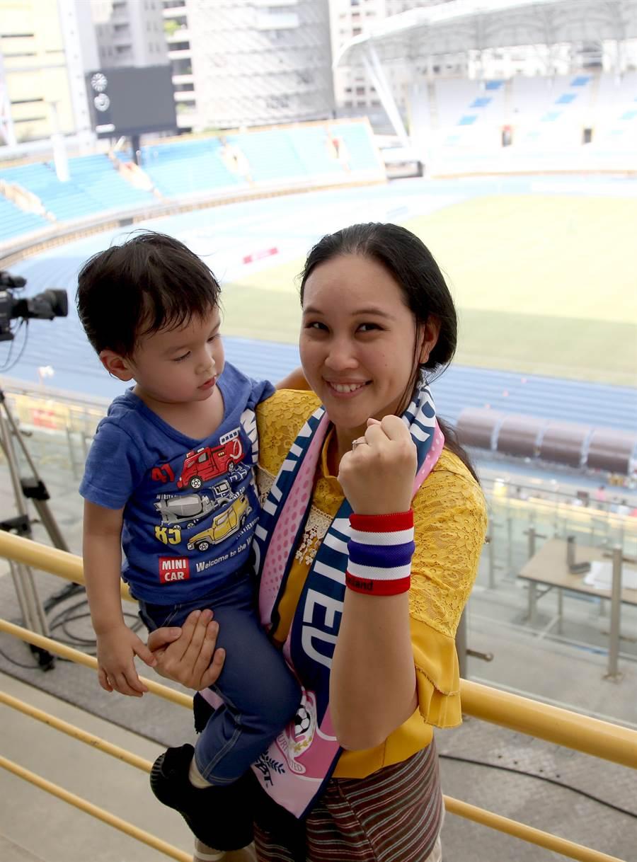 泰國國腳溥奕加入台灣木蘭女足聯賽,泰國駐台辦事處文化/禮賓/教育組組長鄭春雨(右)也帶兒子到場加油。(李弘斌攝)