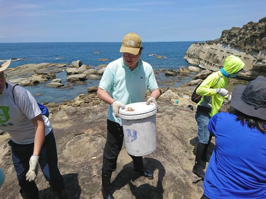 基隆市長林右昌參加海豹岩鐵人淨灘,與志工接力清出海廢垃圾。(基隆市府提供/許家寧基隆傳真)