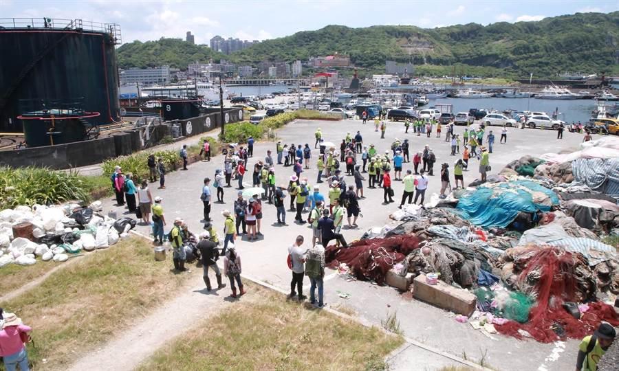 「動手愛台灣」海報岩淨灘活動,1天清出近1800斤海廢。(基隆市府提供/許家寧基隆傳真)