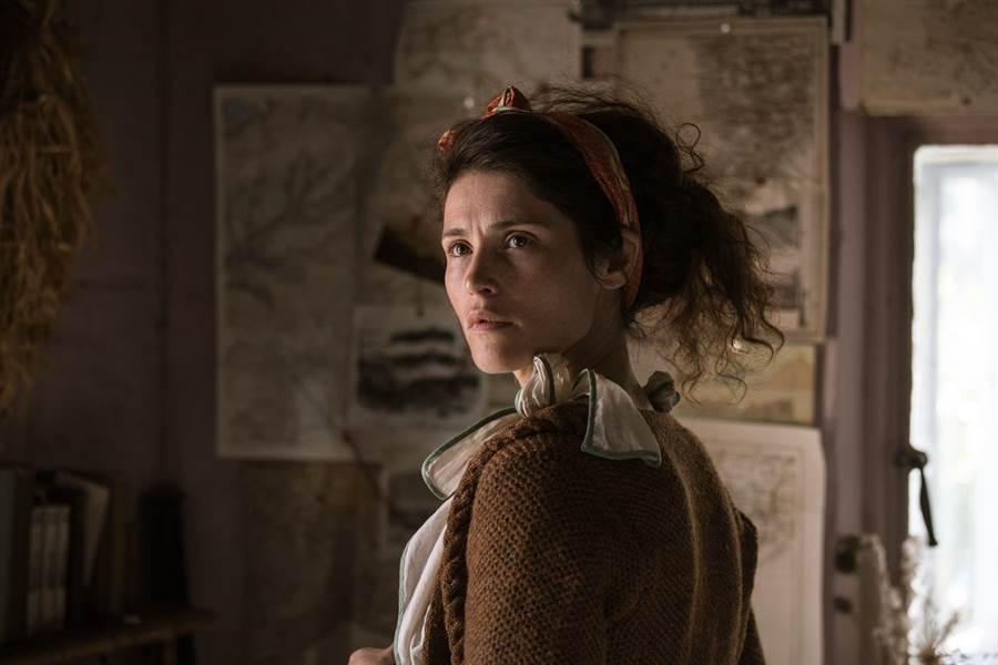 潔瑪雅特頓在新作《戀夏時光》翻轉形象,化身為邋遢孤僻的女科學作家。(威視電影提供)