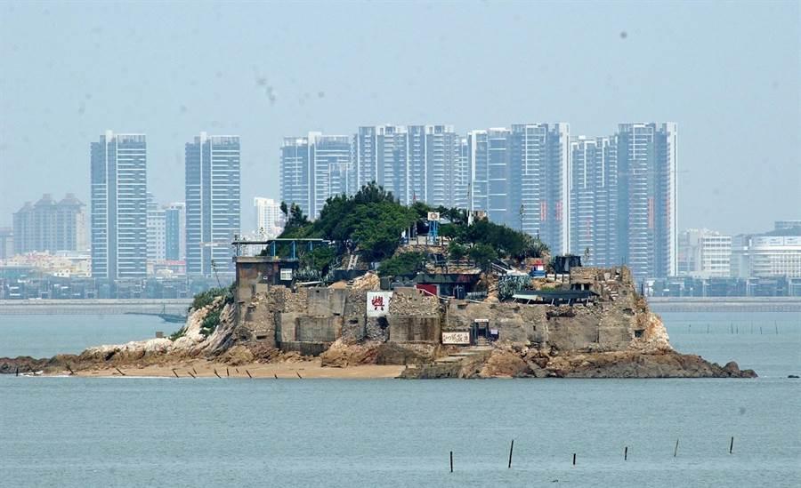 小金門是跳島旅遊的「中途島」,海上獅嶼的背景即是大陸廈門。(李金生攝)