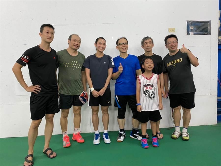戴資穎(後排左三)陪家人一起到球館打球,度過愉快的端午假期。(讀者提供)