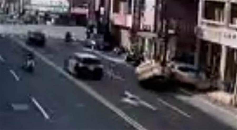小黃撞到路邊停車彈飛起來。(彰化踢爆網提供/吳敏菁彰化傳真)