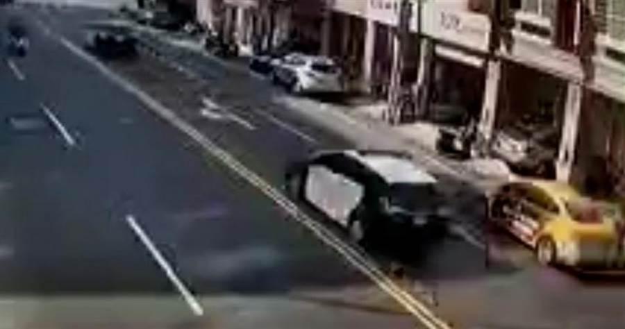 小黃和警車並駕齊驅,隨後瞬間就撞到路邊停車了。(彰化踢爆網提供/吳敏菁彰化傳真)