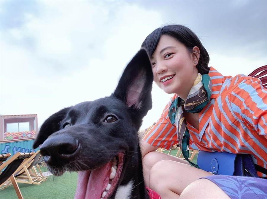 王丁筑首次帶著愛犬「鳥仔」看電影。(摘自IG)