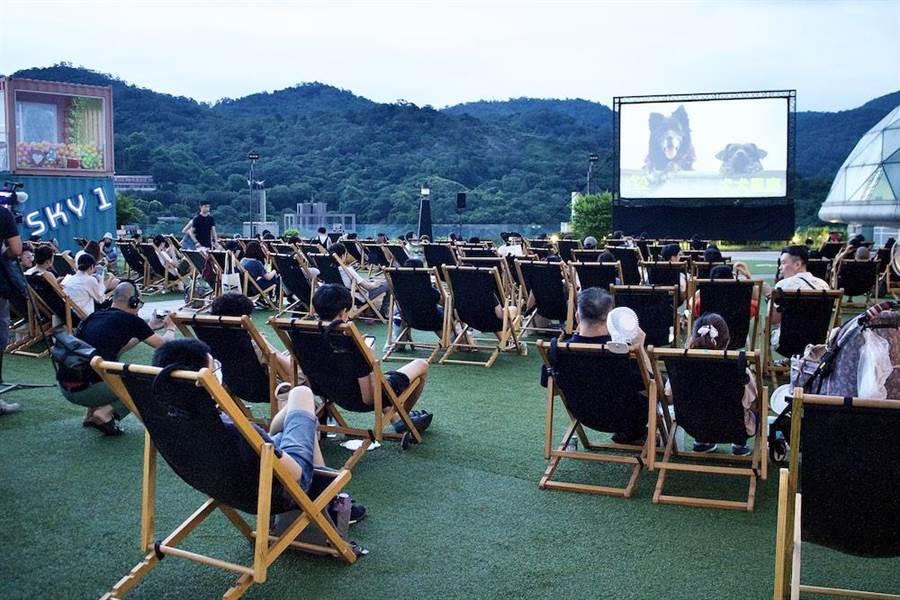 《犬犬風塵》舉辦的全台首創人犬共享的「犬犬露天電影院」特映會。(繁盛映畫提供)