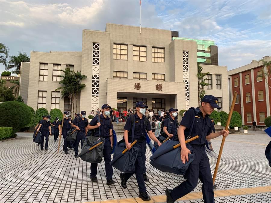 國民黨立委28日突襲佔領立法院議場,在議場內貼上撤回提名陳菊等標語,而警方傍晚陸續進駐立院待命。(鄧博仁攝)