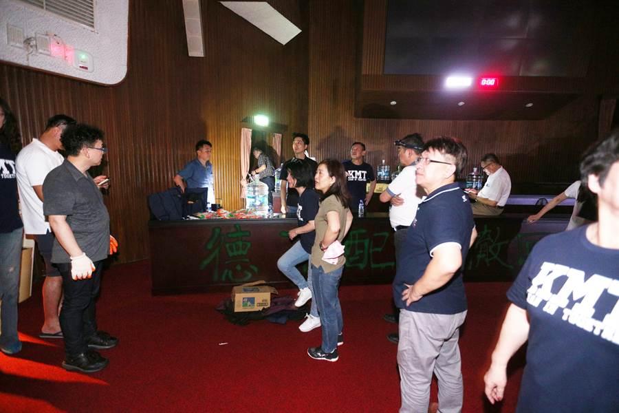 國民黨立委突襲佔領立法院,要求撤回陳菊的監察院長提名。(黃世麒攝)