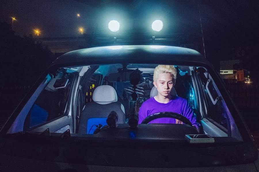 孫安佐在《馗降:粽邪2》中飾演網紅直播主,哪裡有點擊數就開著車去哪裡直播。(華影國際提供)