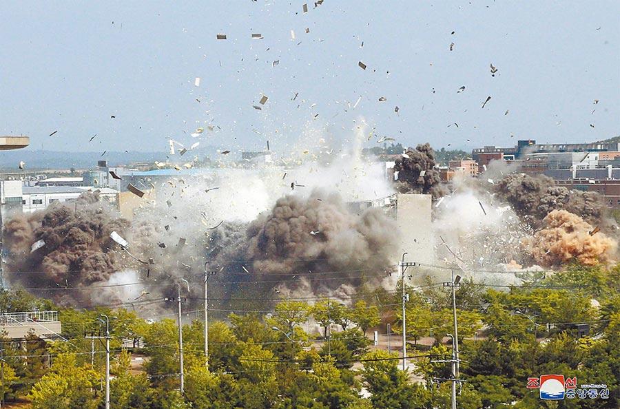北韓氣炸了... 北韓突然炸毀位於北韓境內開城工業區的韓朝聯絡辦公室(聯辦),並表示將在金剛山旅遊地區以及開城工業園區重新部署兵力,且重啟西海地區軍事演習。圖/美聯社