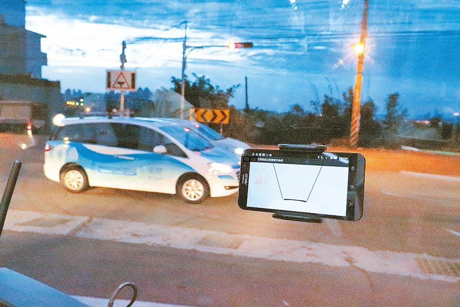 工研院研發車聯網系統iRoadSafe已在台灣部分路口應用,未來結合5G將加速影像與圖資等傳輸運算資料時間。圖/工研院提供