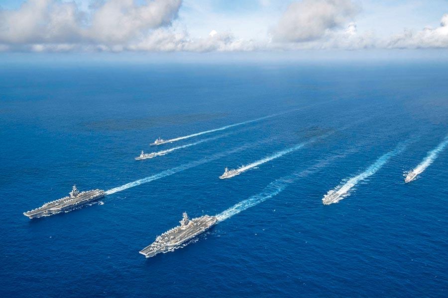 美國海軍「羅斯福號」和「尼米茲號」航母編隊正齊聚西太平洋的菲律賓海展開聯合訓練,「雷根號」航母戰鬥群也在沖繩東南海域航行,未來在西太地區可能會出現「三航母」相聚情境。(摘自美太平洋艦隊臉書)
