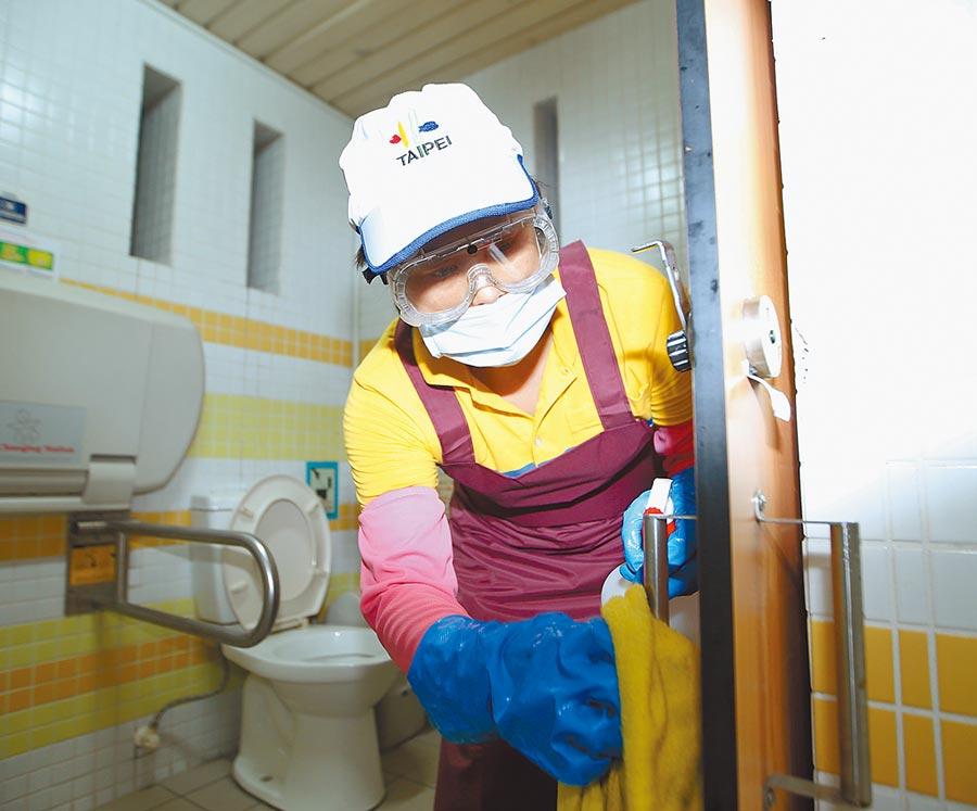 台北市環保局列管全市7000多座公廁,從新冠肺炎疫情爆發後,即依指揮中心規範加強消毒。(陳怡誠攝)