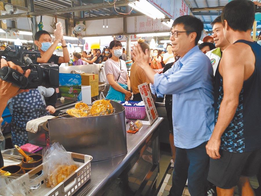 高雄市長補選民進黨參選人陳其邁27日下午到左營自由黃昏市長拜票,受到民眾歡迎。(林雅惠攝)
