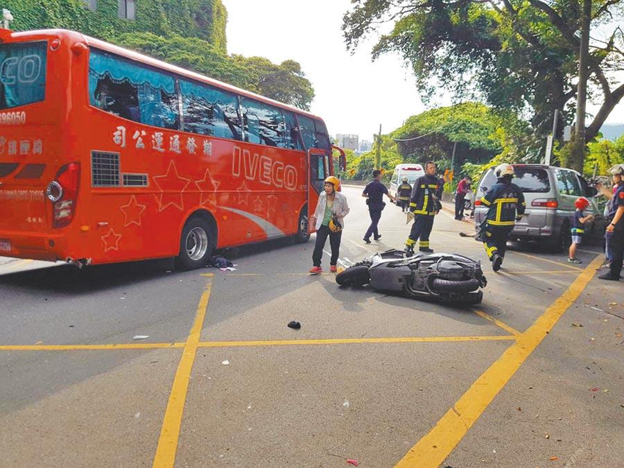 27日下午陽明山仰德大道、國安局前發生車禍,休旅車煞車失靈,撞擊前方機車後造成7人受傷送醫。(民眾提供/李文正台北傳真)