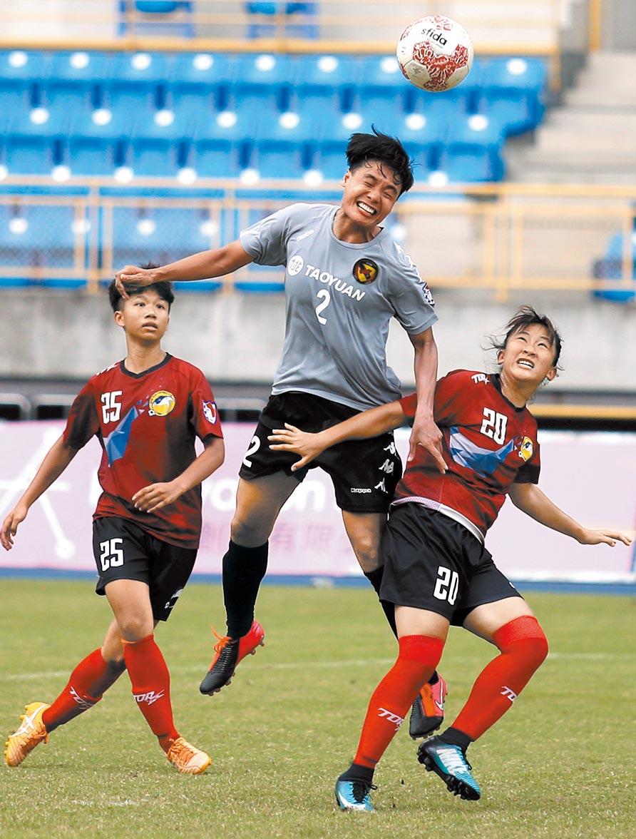 泰國國腳溥奕(中)成台灣木蘭女足聯賽首位外聘洋將,展現高空頭槌優勢。(李弘斌攝)