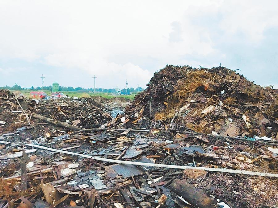 彰化縣大城鄉東港村三林橋附近農地堆積的垃圾山,狂燒3天2夜,總算撲滅。(彰化縣政府提供/吳敏菁彰化傳真)
