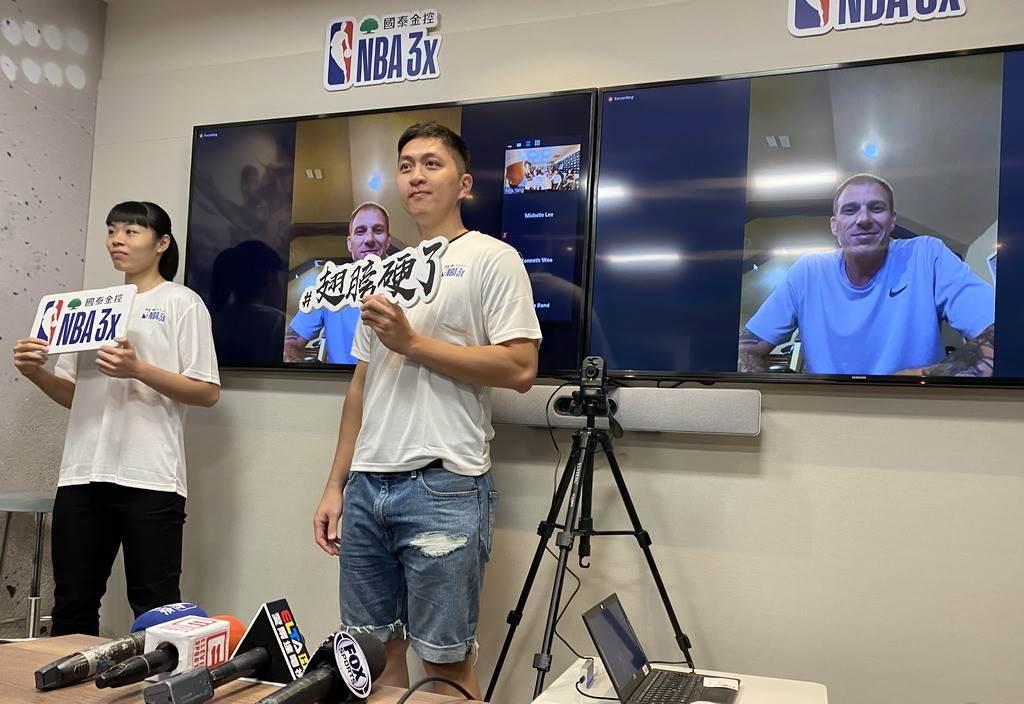 邁入第10年的國泰NBA 3x,今年特別請來傑森威廉斯視訊助威,還找來去年女子組冠軍戴宜庭(左)、3屆冠軍吳宏政到場。(黃及人攝)